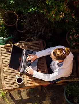 Kobieta czyta dlaczego warto pracować w eService