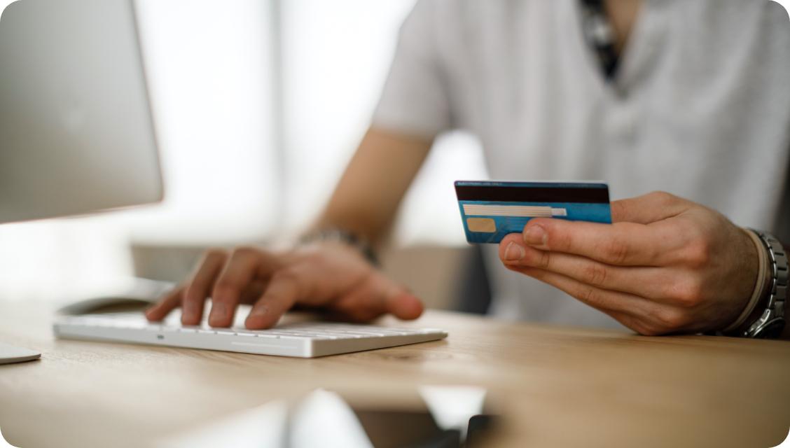 mężczyzna płacący katrą przez internet